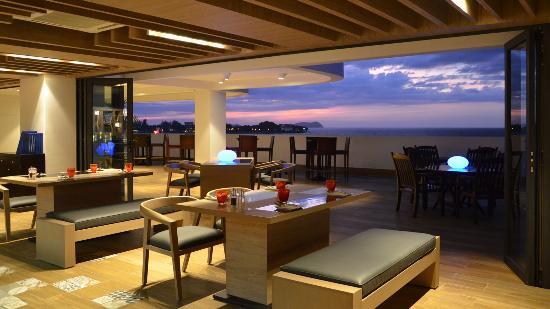 Le Meridien Kota Kinabalu: Azure Pool Bar & Cafe