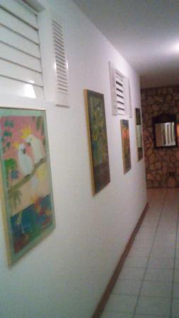 Villa Bahia : Long hallway to bedrooms on main level