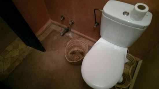 kasbah Caracalla : Fehlende Installationen, unsaubere Ecken, heraushängende Kabel, verkalkte Duschköpfe - dies ist