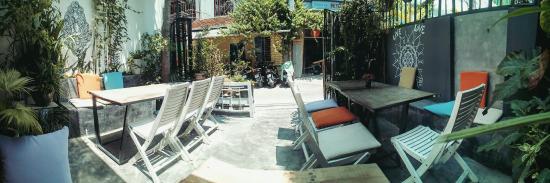 Nom Nom Restaurant & Cafe