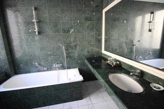 https://media-cdn.tripadvisor.com/media/photo-s/0a/a9/a7/40/il-bagno-della-suite.jpg