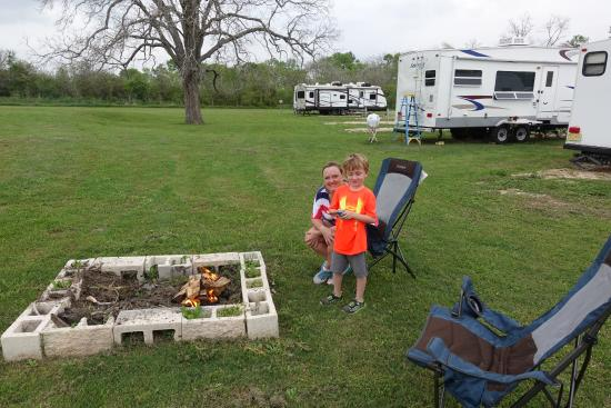River Bend RV Park & Campground: Common fire pit behind our camper