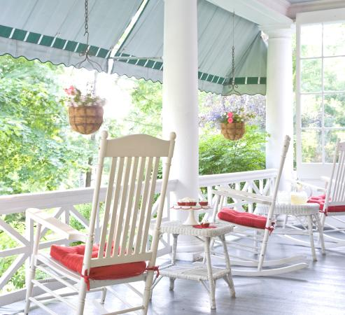 Lenox, Μασαχουσέτη: Imagine summer breezes and afternoon tea on the front porch.