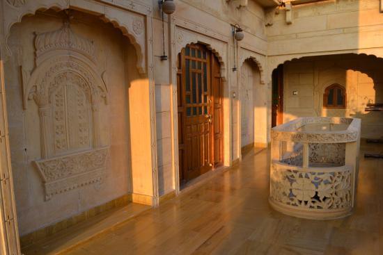 Hotel Pleasant Haveli: hallway to room