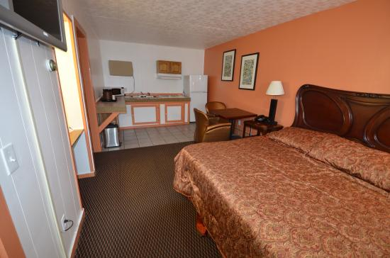 Williamstown, MA: King bed with Kitchenette