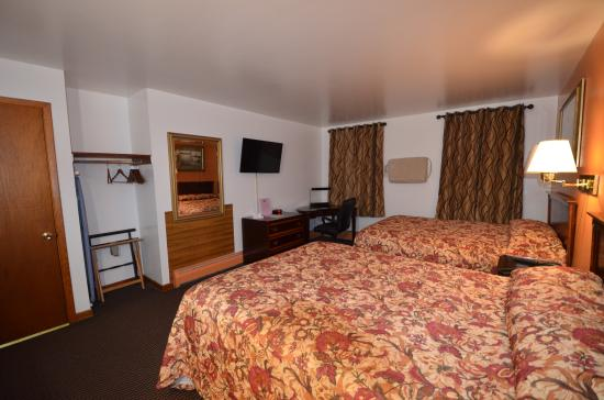 Williamstown Motel: Room with Two queen beds