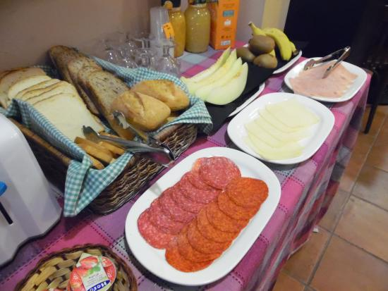 Hostal La Lluna : buffet breakfast