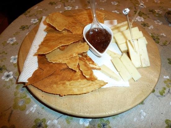 Varallo, Italia: Toma con marmellata di cipolle