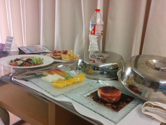 Ayre Hotel Caspe: Cena en la habitacion
