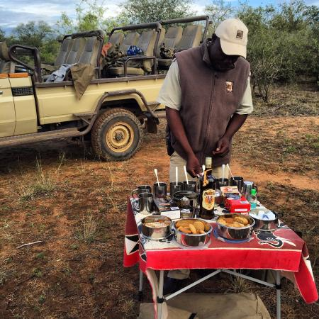 Naledi Bushcamp and Enkoveni Camp: mid-morning snack on a morning game drive!