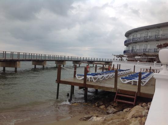 Foto De Una Parte De La Magnifica Terraza Sobre El Mar Del