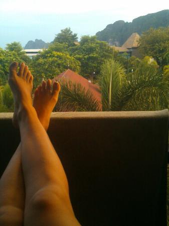 Phi Phi Andaman Legacy: Vista do quarto de frente com o por do sol