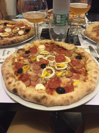 Pizza con bordi ottima