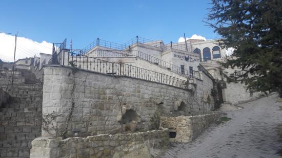 Sinasos Palace Cave Hotel: Otelin konumu
