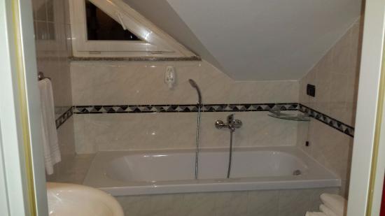 Best Quality Hotel La Darsena: La vasca...sotto (proprio sotto) il tetto...