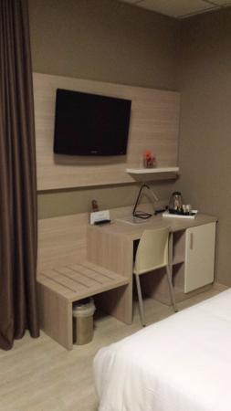 Best Quality Hotel La Darsena: TV LCD, scrivania e appoggia valige