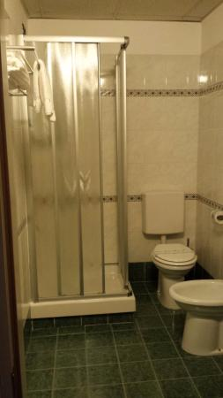 Best Quality Hotel La Darsena: La doccia ed i sanitari