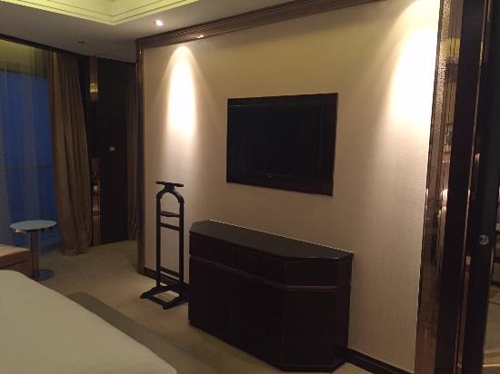 Changzhou Marriott Hotel: Wall Mounted TV In Bedroom