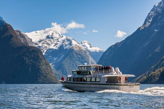 Mitre Peak Cruises: Snowy Mountains