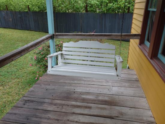 Cajun Country Cottages Bed and Breakfast: Evangeline cottage - porch swing