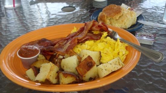 Shell Beach, Califórnia: Bacon, two eggs and country potatoes