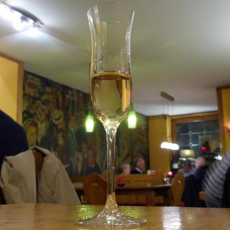 Uhlenhorster Weinstube: Obstbrand aus Äpfeln und Birnen