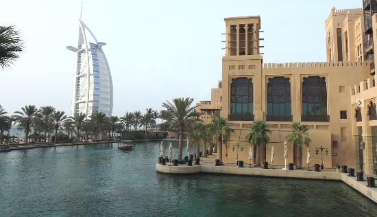 Jumeirah Mina A'Salam: Alrededores del hotel, lago y góndolas, complejo Jumeirah inmediato al Burj Al Arab