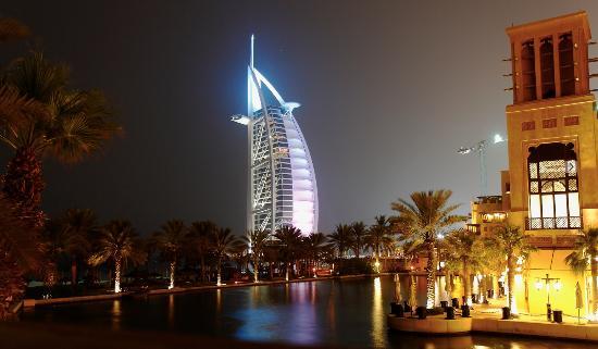 Jumeirah Mina A'Salam: Alrededores de noche; espectacular vista al Burj Al Arab