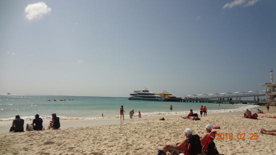 Hotel Delfin: Praia próxima ao hotel, 3 quadras para baixo e você está dentro da água!