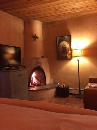 El Farolito B&B Inn: Cozy fire at the Garcia Casita