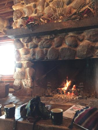 Kohler, Висконсин: Enjoying hot drinks in front of the fire at the hunting-themed River Wildlife restaurant