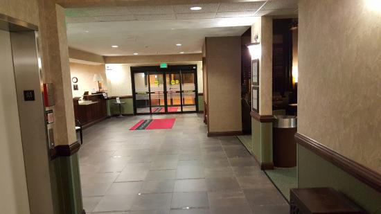 Hampton Inn & Suites Valparaiso: The main entrance