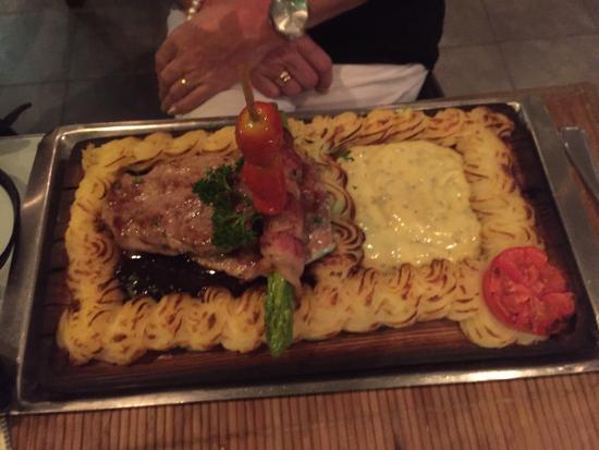 2gether Restaurant: Laks, filet av biff og svin. Alle tre likte vi våre valg. Hyggelig betjening og service. Prisen