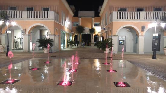 https://media-cdn.tripadvisor.com/media/photo-s/0a/ab/e5/b2/palmanova-outlet-village.jpg