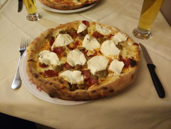 1058 Pizzeria and Grill: Pizza alla napoletana con salame piccante, provola affumicata fresca (in uscita) e funghi porcin