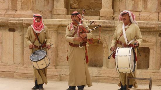 Руины Джараша: Ex-Jordanian army pipe band!