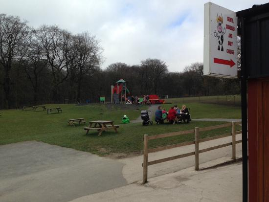 Bolton, UK: Plenty of open space and tables to have a picnic or just let the children run around!..