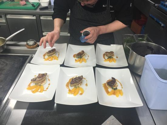 Unser Koch bei der Arbeit - Bild von Allegra Steakhouse, Zuoz ... | {Koch bei der arbeit 16}