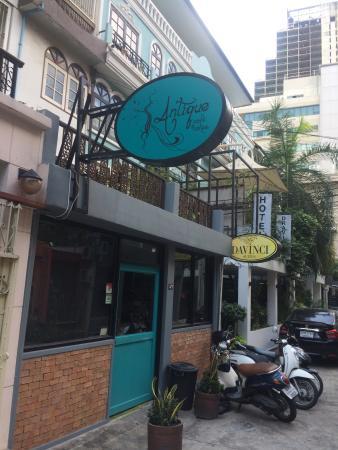 Antique Cafe & Cakes: Hard to miss on Soi Sawatdii 1