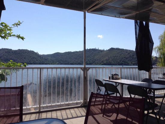 Clearlake, Califórnia: Covered patio dining