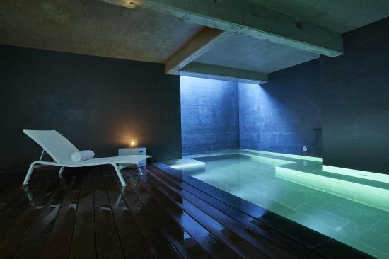 Piscine int rieure avec bain remous picture of 9hotel - Chambre avec bain a remous ...