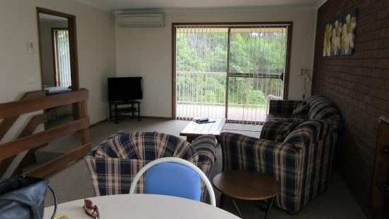 Anchorbell Holiday Apartments: living room with comfortable seats and in front the table with chairs for the meals.