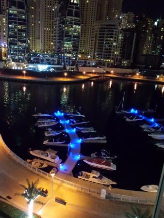 Jannah Marina Bay Suites: الاطلالة من سطح الفندق والذي يحتوي على طاولات ومقاعد