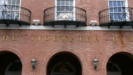 Tidewater Inn: Entrance