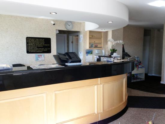 Canadas Best Value Inn Chinook Station: Front Desk