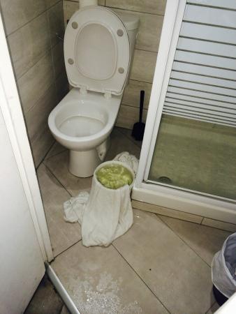 Hipotel Paris Voltaire : Chambre 506 fuite d'eau provenant du plafond (niveau du spot)
