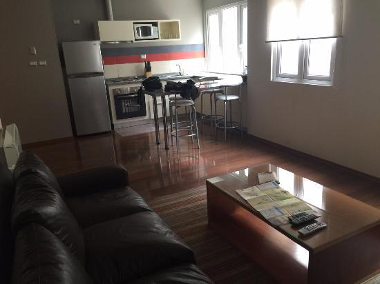 Lastarria 43/61: vista da parte interna do apto, onde aparece parte da sala de estar e cozinha
