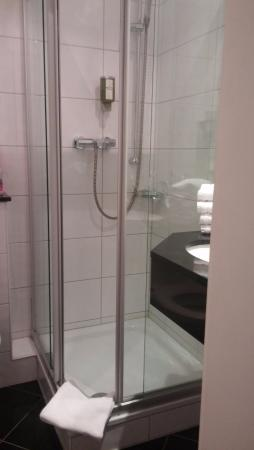 Hotel de France: Small gap to get in and out of the shower.