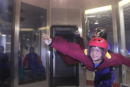 Perris, Kalifornien: My son Joey in the indoor skydiving tube
