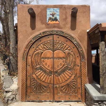 Chimayo, Nuevo Mexico: Wooden carved doors to one of the multiple chapels
